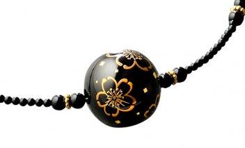 金蒔絵が美しい大きな黒漆ビーズのネックレス(花模様)