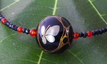 金蒔絵が美しい大きな黒漆ビーズのネックレス(水面の蝶)